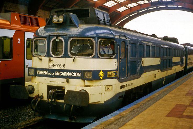 Locomotora Serie 354 de Renfe fabricada por Talgo. Estación de La Coruña, 354 003 »Virgen de la Encarnación Talgolok von Maffei für Talgo Pendular. Deshalb keine Scharfenbergkupplung, aber 200km/h zulässige Geschwindigkeit