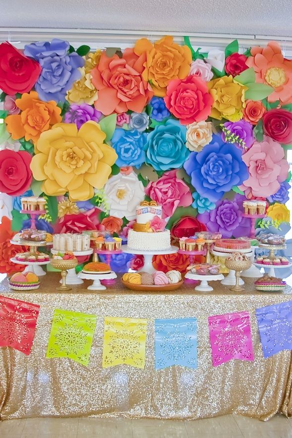 Mexican themed dessert table. @erikaornelas Podemos conseguir la tela dorada pliiiiiissss jajaja vamos a goldify everything!!!!
