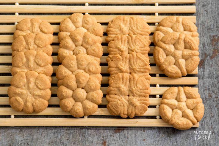 Dit recept is voor koekjes met een koekjespers (ook wel koekjespistool genoemd). Met dit recept maak je die spuitkoekjes alsof ze van de banketbakker komen.