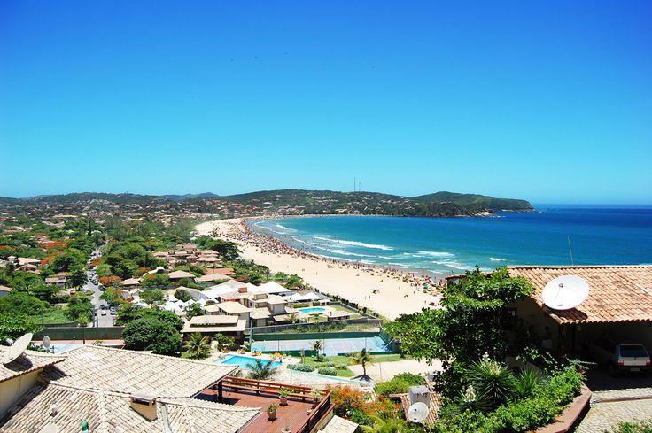 Búzios - Praia de Geribá Extensa, com ondas, águas claras e larga faixa de areias brancas, Geribá é um dos principais points de Búzios, reunindo a turma jovem que lota as pousadas e as casas de veraneio.
