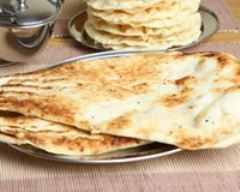 Naan indien au fromage : http://www.cuisineaz.com/recettes/naan-indien-au-fromage-59134.aspx