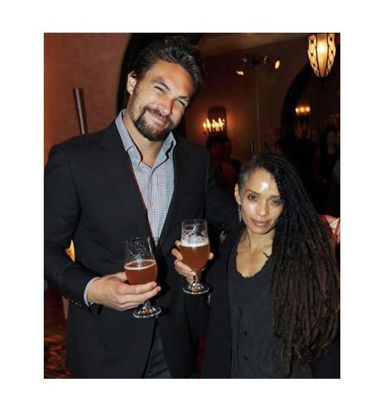 •Jason Momoa and Lisa Bonet El actor de Game of Thrones, Jason Momoa mide 1.93, mientras que su esposa mide solo 1.57.