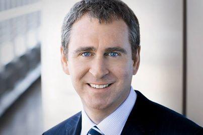 Kenneth Griffin est un ancien étudiant d'Harvard, un véritable passionné des marchés financiers depuis l'adolescence.  Depuis sa chambre d'étudiant, il gérait déjà, 2 fonds d'investissements dont un pour lequel les fonds provenaient de sa grand-mère.   Sa fortune est aujourd'hui estimée à 3,2 milliards de dollars et son fonds Citadel LLC gère aujourd'hui plus de 14 milliards de dollars. www.professeurforex.com