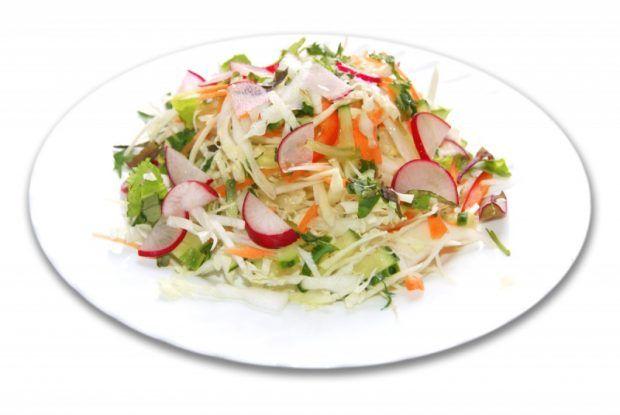 Летний салат с капустой и редисом https://www.go-cook.ru/letnij-salat-s-kapustoj-i-redisom/  Очень простой, действительно, летний салат, из свежих овощей. Для его приготовление лучше всего подойдёт именно молодая капуста, хотя можно использовать и обычную, но так будет менее вкусно и меньше витаминов. Летний салат с капустой и редисом Время подготовки: 15 минут Время приготовления: 20 минут Общее время: 35 минут Кухня: Русская Тип: Закуска Порций: 4 Ингредиенты … Читать далее Летний салат с…