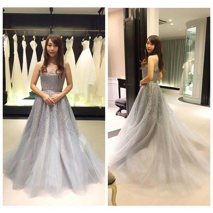 yurika_wdさまが試着されたのが、ReemAcra(リームアクラ)のグレードレス。ビジューと、ふわふわのチュール素材と、淡い色味で、「グレー」という色の印象が持つ暗い印象とは全く違った華やかドレスになっています。