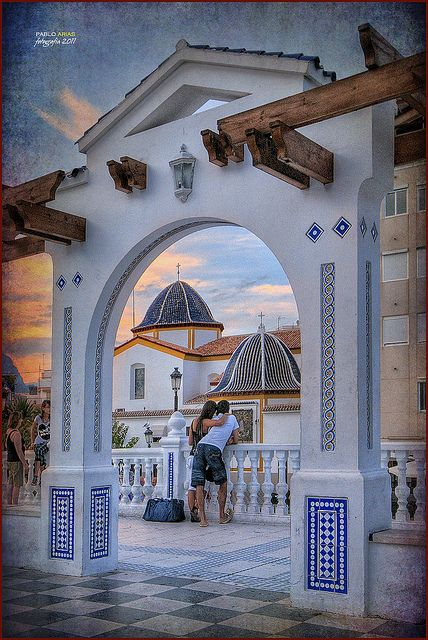 Edificis amb una cupula de sostre blava que li dona un estil molt bonic amb el contrast del blanc