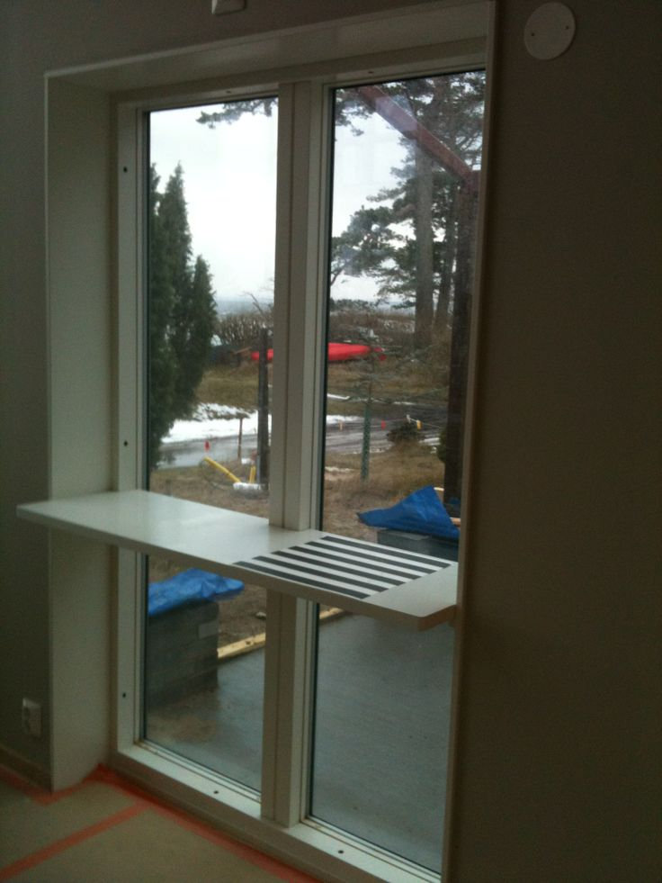 Liten matplats för två på Aaltopallar - fönster mot orangeri. 2014-02-07