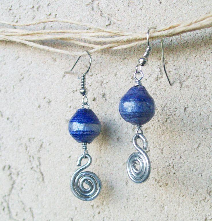 """Realizzati in carta riciclata e metallo. Le perle sono lavorate con al tecnica dell' quilling e sono protette con una speciale vernice che permette di renderle come """"incastonate nel vetro"""".    http://it.artesanum.com/artigianato-cigno_di_perle__carta_e_metallo-58245.html"""