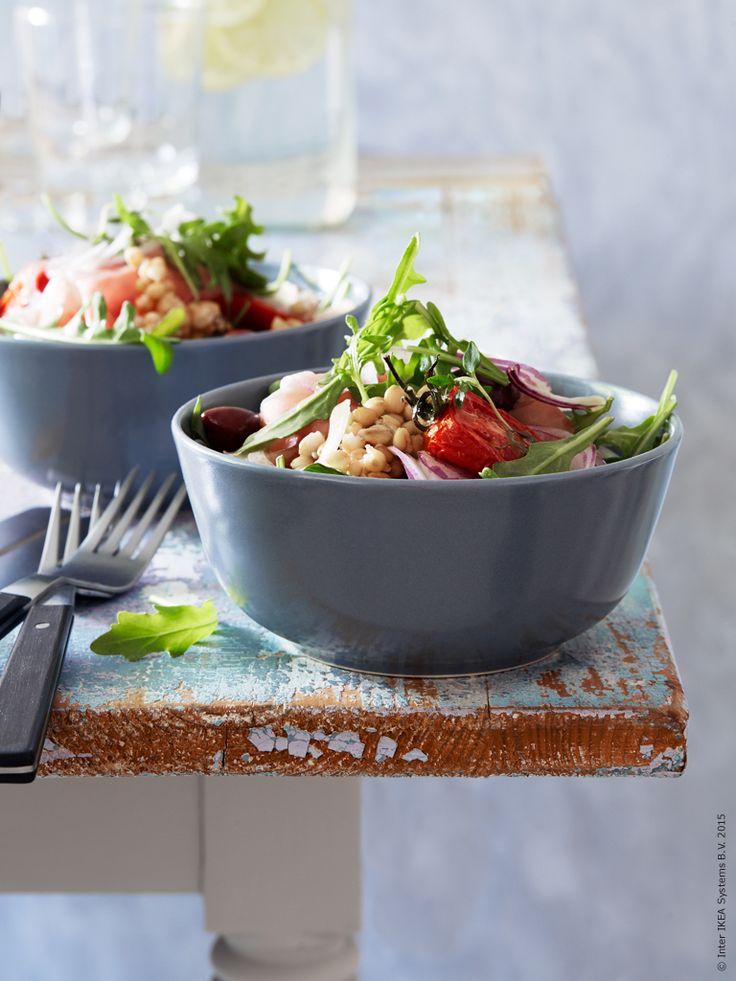 Sallad med semitorkade tomater, parmaskinka och matvete. DINERA skål gråblå, MOGEN bestick. Klicka på bilden för recept!