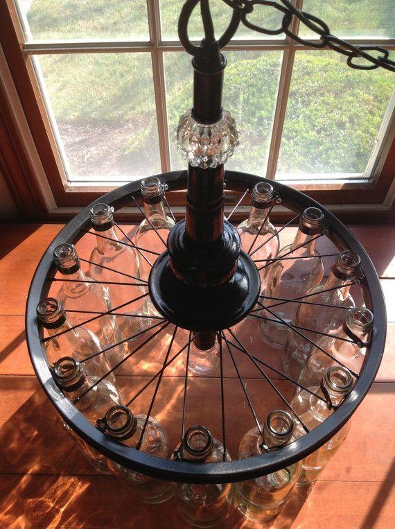 Lámpara hecha de botellas de vino en radios de una vieja rueda de bicicleta!