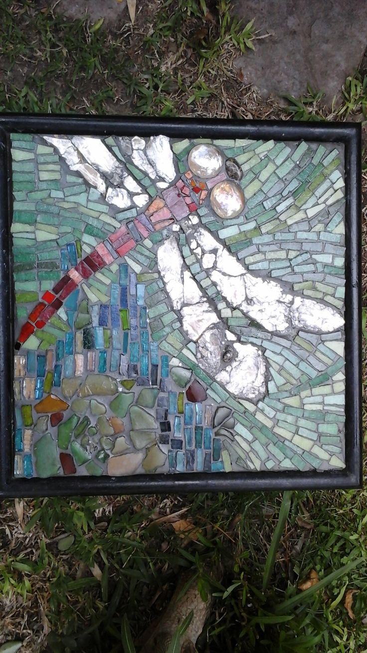 La libélula.  Mosaico venecita,  mica y vidrio. Montado en hardbor 31x31cm. Patricia Kandus. 2016