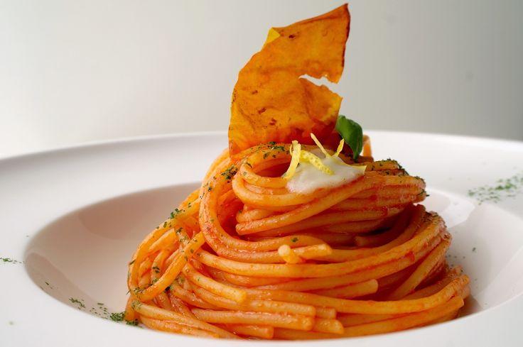 SPAGHETTI AL POMODORO, crema all'aglio, limone candito | La Rogina dei fornelli