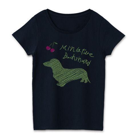 グリーンダックスラフシルエット | デザインTシャツ通販ラフなイメージの落書きのようなダックスのシルエットがお洒落で可愛いレディースTシャツ。ダックスフンドピュアというfooldesignのサブブランドのこのTシャツの特徴はシルエットを細かい線で表し、落書きの様なアートなイメージに仕上げました。犬のデザインTシャツ - silhouette dogsはシルエットのデザインが専門ですが、影絵というジャンルの中で更にオリジナリティのあるデザインに仕上げました。濃色ボディがクールなレディースTシャツです。
