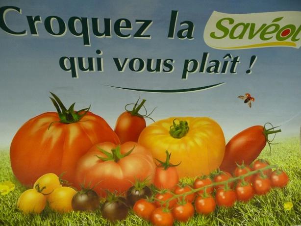 Affiche publicitaire pour les tomates Savéol, métro parisien, station Lamarck-Caulaincourt, ligne 12, Paris 18e (75), 1er juillet 2012, photo Alain Delavie  http://www.pariscotejardin.fr/2012/07/en-attendant-desesperement-les-tomates-du-jardin/#