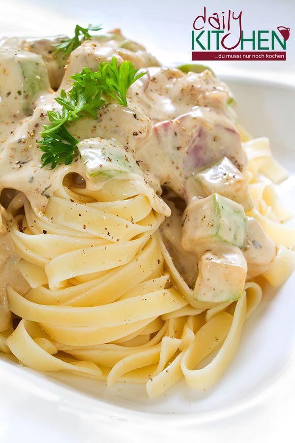 Chicken #Fettuccine #Alfredo ist #Nudelgericht, das von der gesamten #Familie geliebt wird. Sehr lecker, einfach zu machen und es ist ganz sättigend. Im Rezept von DailyKitchen findet aber Stärke kein Einsatz als Verdickungsmittel. Wir nutzen nur Käse. Ein cremiges, käsiges Alfredo Gericht passt toll zu einem #Salat und #Knoblauchbrot.  http://dailykitchen.de/gericht/chicken-fettuccine-alfredo  #Kochbox #ofen #gourmet #Rezepte #lecker #essen #nudel #Hähnchen #halal #Auflauf #Käse