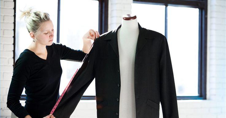 Como medir a manga de roupa masculina. Embora diferentes fabricantes de camisas masculinas tenham padrões de tamanhos um pouco diferentes, a medida da manga é tirada da mesma maneira. Tirar as medidas da manga corretamente é muito importante quando se vai pedir algo online ou por e-mail, pois não se pode experimentar a peça antes de comprar.