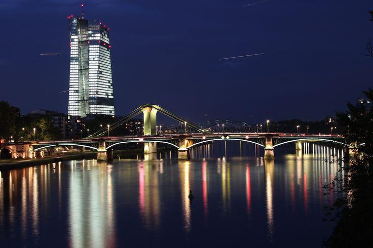 Die Europäische Geldverwaltung bei Nacht in Frankfurt