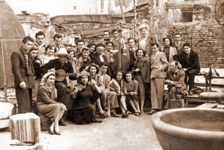 Varoli con allievi e amici nel cortile della sua casa nell'immediato dopoguerra