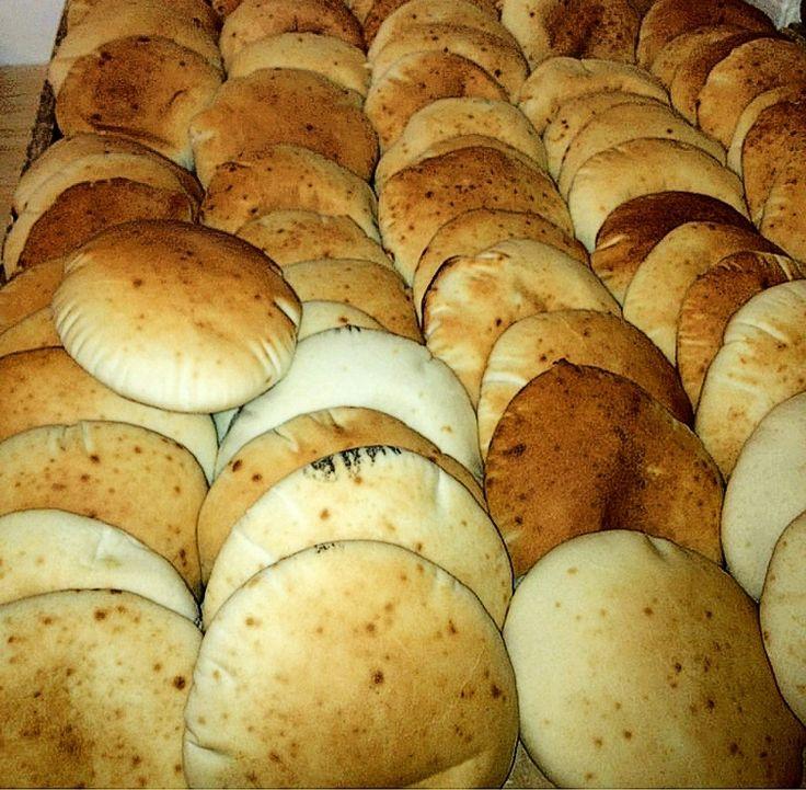 Arabiske pitabrød (sukker, koldhævning og fuld skrald i ovnen skulle give gode resultater og gøre brødene hule..)