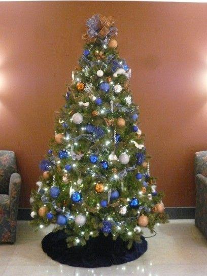 Albero di Natale con addobbi blu, oro e argento