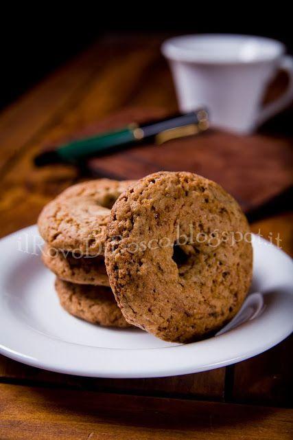 Ciambelline rustiche del viaggiatore di grano saraceno con caffè prugne e noci