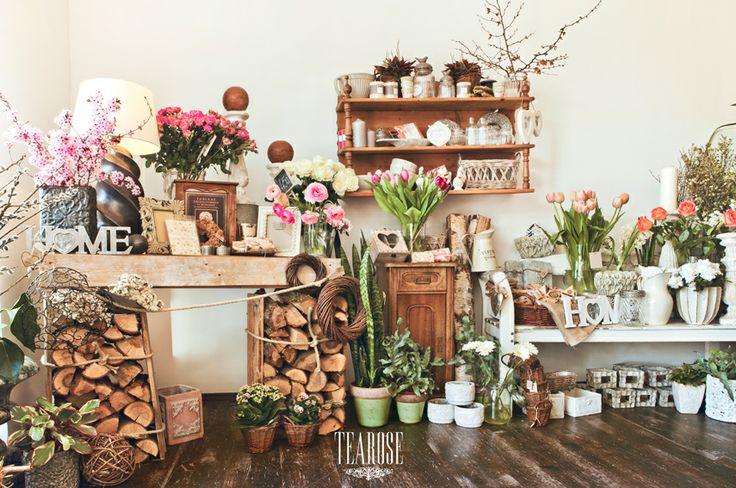 Virágszalon, virágüzlet, tavaszi virágok, tavaszi belső tér, rózsaszín és fehér enteriőrök   flower salon, flower shop, spring flowers, spring enterior, pink and white enteriors