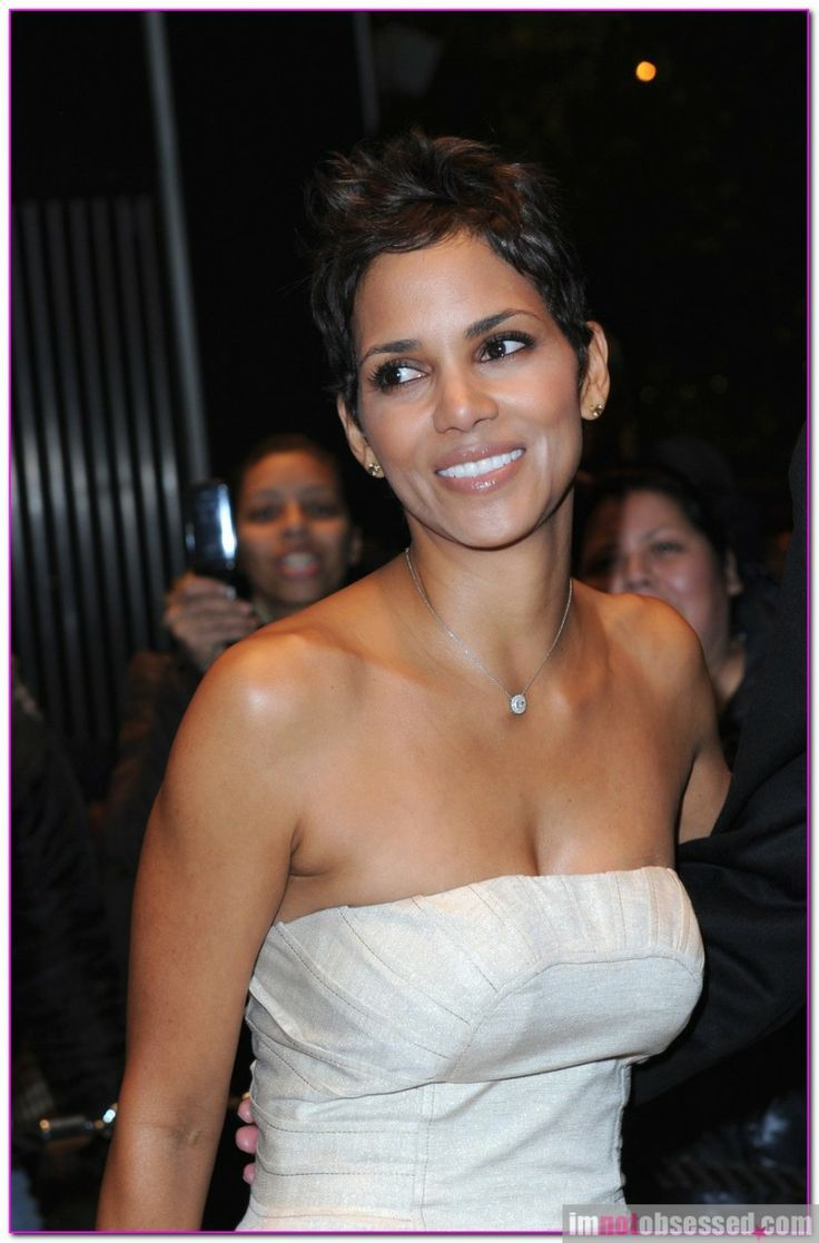 "Halle Berry Attends Premiere Of ""Frankie And Alice"" In Midtown"