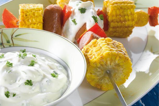 Grillatut maissivartaat ✦ Kesäisin grillaus on mukavaa puuhaa. Käytä grilliä monipuolisesti hyödyksesi ja valmista sillä erilaisia ruokia, jottei kesäinen ruokavalio käy yksipuoliseksi. Vartaisiin voi käyttää erilaisia raaka-aineita oman makunsa mukaan. http://www.valio.fi/reseptit/grillatut-maissivartaat/