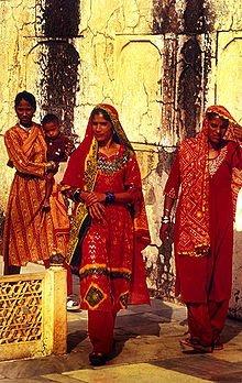Gli uomini hanno pance contenute, indossano camicie a scacchi di poliestere sopra banian bianchi e portano i capelli corti e imbrillantinati. Le donne più anziane indossano sari, salwar kameez o gonne, mentre le più giovani portano i jeans.