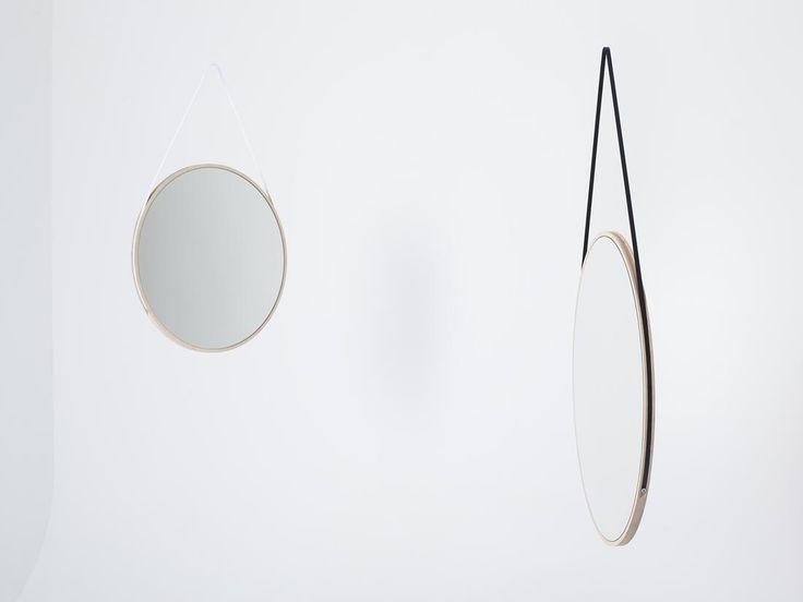 Der SCHNEIDER Spiegel eröffnet neue Räume und Ansichten. Zwei Kreise aus warmem Holz, in die das Spiegelglas plan eingelassen ist, bilden die Grundkörper dieses harmonischen Objektes. Verbindendes Element ist ein massives Stahlband, das sich verspielt um die Hängung wickelt und fließend in die Spiegelfläche übergeht. Dieses Zusammenspiel kennzeichnet die weiche und geschlossene Form von SCHNEIDER.Ausgesprochen flach schmiegt sich der Spiegel an jede Wand und unterstützt so die feine…