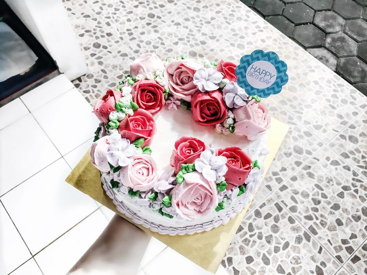 Flower wreath buttercream cake   #flowerwreath #birthdaycake #flowercake #buttercreamcake #cakeideas
