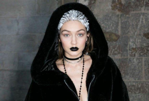 NYFW e a beleza gótica: batom escuro é destaque na semana