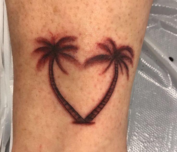 Al jaren heb ik last van het Bali virus. Is zo hardnekkig dat het ook nooit meer over gaat❣️ Daarom een ( vind ik😊 ) mooie tatoeage laten zetten. De palmbomen in de vorm van een hartje staan voor mijn liefde voor Bali. Ik ben er heel erg blij mee😃🌴❤️🌴 Hij is nog wat rood, maar dat trekt nog weg.