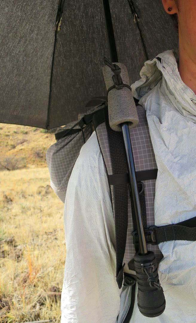 Hands-free rigging of an umbrella to a backpack strap