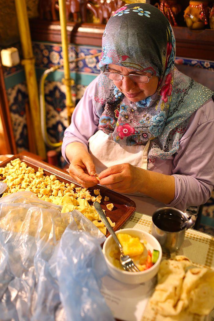 イスタンブールはストリートグルメの宝庫 はじめまして!料理研究家・フォトエッセイストの口尾麻美です。 普段は書籍や雑誌、イベントやケータリングを通してジャンルにとらわれない世界の料理を発信しています。 私はいろいろな国を […