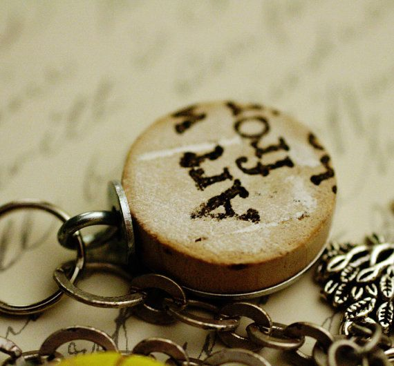 what a great way to reuse old wine corks!Corks Stuff, Crafts Ideas, Wine Corks, Jewelry Crafts, Free Gift, Recycle Wine, Corks Necklaces, Gift Today, Corks Ideas