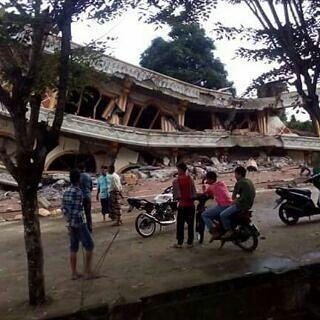 """Innalilahi wainna Ilaihi rajiun.. Pagi ini kita bisa saja menghibur diri bersenang dlm canda tawa. Namun tidak demikian bagi kami warga Aceh.  Gempa 64 SR yang terjadi di pagi buta tadi pagi membangunkan kami utk tetap shalat subuh berjamaah. Namun setelah itu kami saling membantu evakuasi saudara kami yg terjepit runtuhan bangunan.. .  Do'a dan support kami warga Aceh ujian demi ujian akan kami lewati walau harus kehilangan keluarga kami tercinta. """"Semakin kami beriman semakin kuat Allah…"""