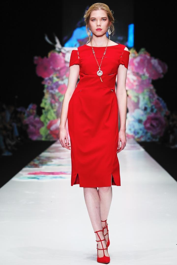 Ни для кого не секрет, что красный цвет – это цветовое описание страсти, желания, любви, красоты и благородности. А красное платье это и вовсе вызов, брошенный со стороны его обладательницы не только мужчинам, но и женщинам.  В таком правильно подобранном платье можно чувствовать себя особенно, зная, что такая одежда способна притягивать многочисленные взгляды, интерес и восхищение, ведь женщина, обличенная в подобный наряд, превращается в эталон женственности и грации, дерзости и смелости…