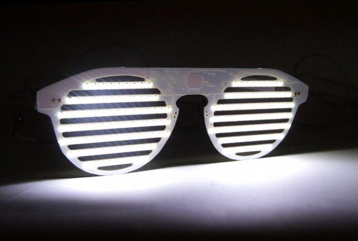 The Bright Eyes, une peire de lunettes top  tech hipster, avec des LEDs dedans...
