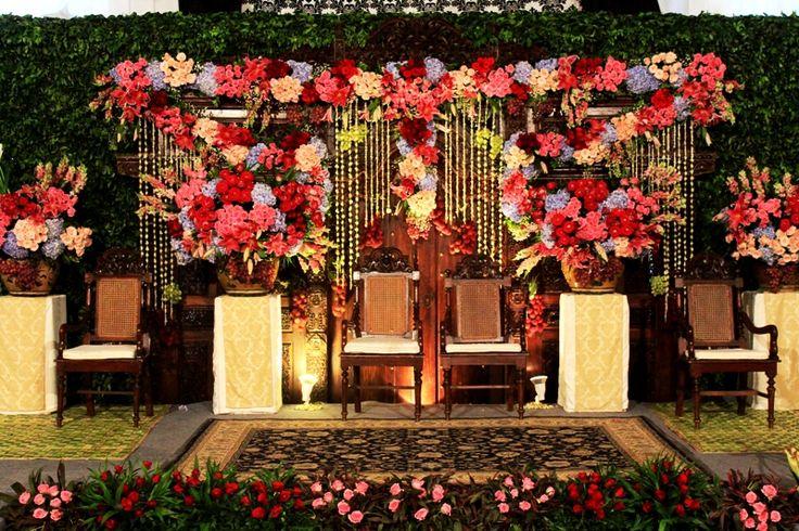 Pelaminan Jawa Klasik by MawarPrada Wedding Decoration #mawarprada #dekorasi #pernikahan #pelaminan #wedding #decoration #jakarta more info: T.0817 015 0406 E. info@mawarprada.com www.mawarprada.com