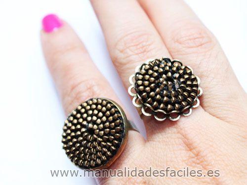 Materiales:      - Bases de anillos de diametro grande (de venta en nuestra tienda online)      -cremalleras      -pegamento de contacto tipo loctite      -tijeras            Recorta la parte de tela de la cremallera,nos quedara dos tiras solo con los ...