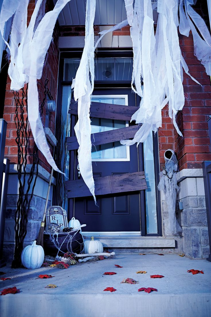 @livebettermag pulls out all the spooks when it comes to decorating for Halloween. #halloween #decorations #diy