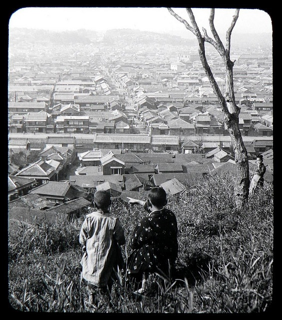 CHILDREN ON THE BLUFF AT YOKOHAMA -- Ca.1897-1900 T. ENAMI Glass Slide from a Stereoview.