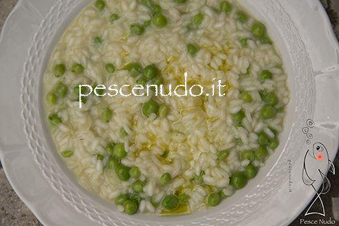 Risi e Bisi è una delle più tipiche ricette venete.  Oggi presentiamo una ricetta in forma vegetariana ma in realtà andrebbe aggiunta anche un po' di pancetta.