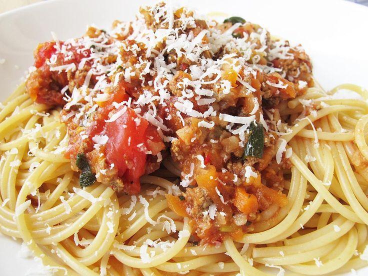 Spaghete integrale cu sos bolognese. Și cei mici se pot bucura de o rețetă clasică de sos pentru paste, atâta timp cât e gătit dietetic. Asta înseamnă eliminarea prăjitului în ulei și prepararea lui în tigaie cu puțină apă.