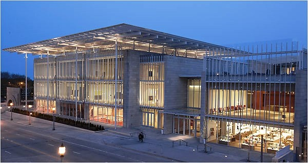 """Modern Wing to zaprojektowane przez Renzo Piano nowe skrzydło Art Institute of Chicago. Jest odbiciem Chicago na wielu płaszczyznach, wybiega w przyszłość i jest niezwykle świeże. Modern Wing składa się z dwóch pawilonów rozdzielonych wewnętrznym dziedzińcem, które przykryte są baldachimem – """"latającym dywanem"""", ułożonym z precyzyjnie wymodelowanych, aluminiowych blach. Gładka i lśniąca powierzchnia dachu jest nawiązaniem do tafli jeziora, które znajduje się w parku, na wschód od muzeum."""