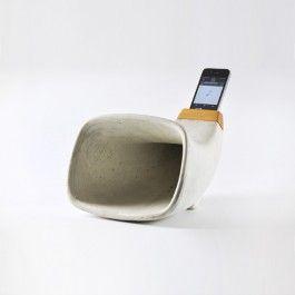 Ein Horn als passives Lautsprechersystem für das iPhone. Der Sound des Smartphones wird durch einen Schalltrichter verstärkt. Früher funktionierte so das Grammophon, heute wird durch diesen einfachen Effekt das iPhone zu einer kleinen Musikanlage, die einen Raum durchaus in Zimmerlautstärke beschallen kann - und das ganz ohne Strom. Das Besondere ist hierbei das ungewöhnliche Material. Das Horn ist aus Beton. Die teure Technik kommt natürlich nicht mit dem Beton in Berührung, sondern wird…