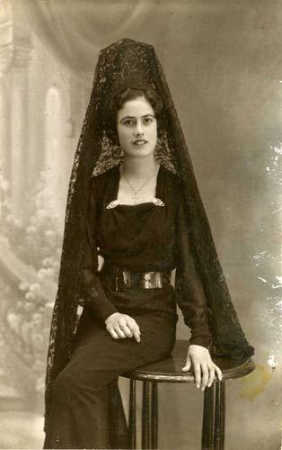 Museo Virtual - ID: 10192 1925. Málaga. La tía María Jósefa, vestida de mantilla, era, y es muy típico aquí en Andalucia, vestir de mantilla en Semana Santa. Málaga 1920-30  Ver más en: http://www.20minutos.es/museo-virtual/foto/10192/#xtor=AD-15&xts=467263