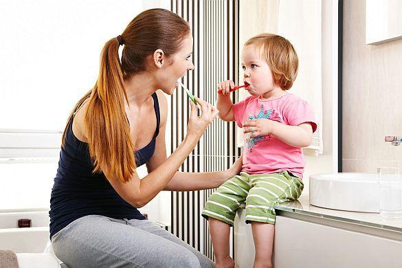Ungewollter Mut zur Lücke.Studie: Erwachsene putzen sich die Zähne auf dem Niveau von Grundschulkindern.Verkehrte Welt: Kinder putzen richtig, Erwachsene falsch.