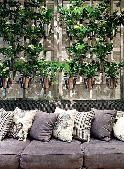 O painel vertical de aço inoxidável é um dos produtos à venda no escritório da paisagista Paula Magaldi